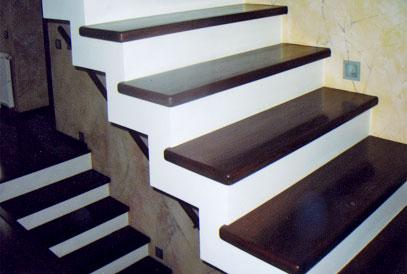 Монолитная лестница с деревянными